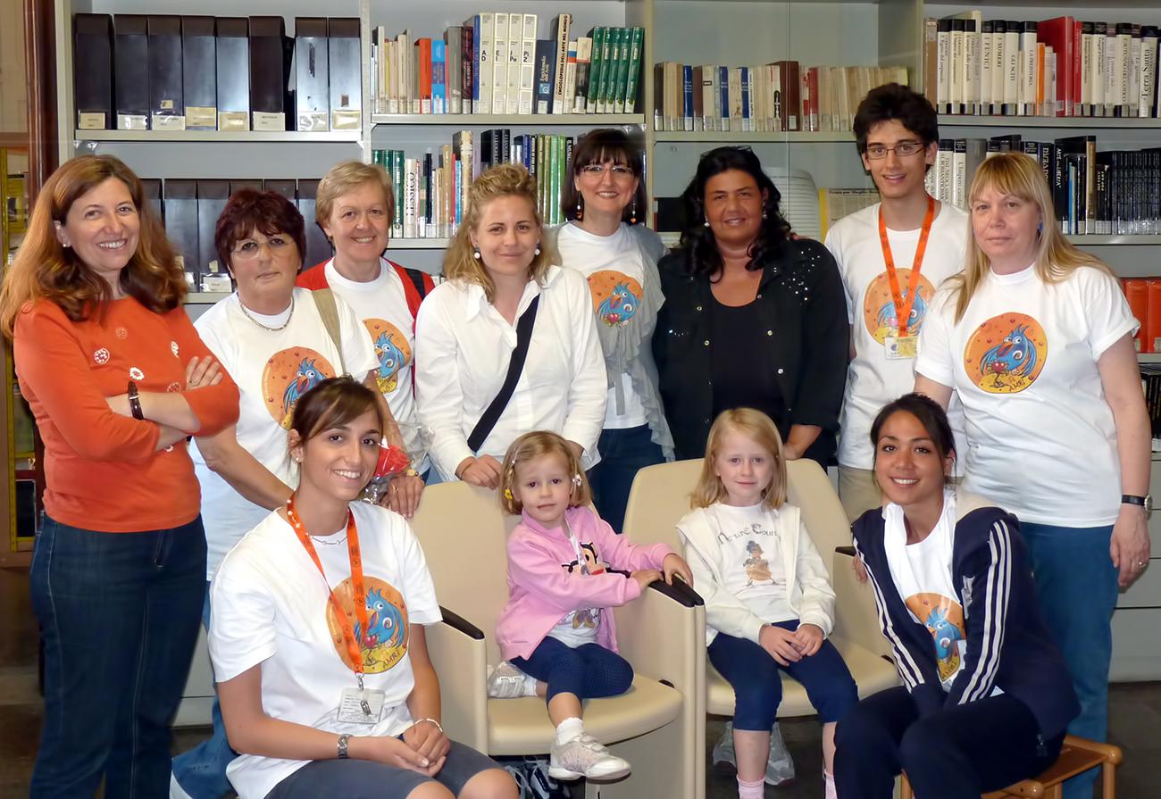 Foto di gruppo volontari AMRI con magliette indossate