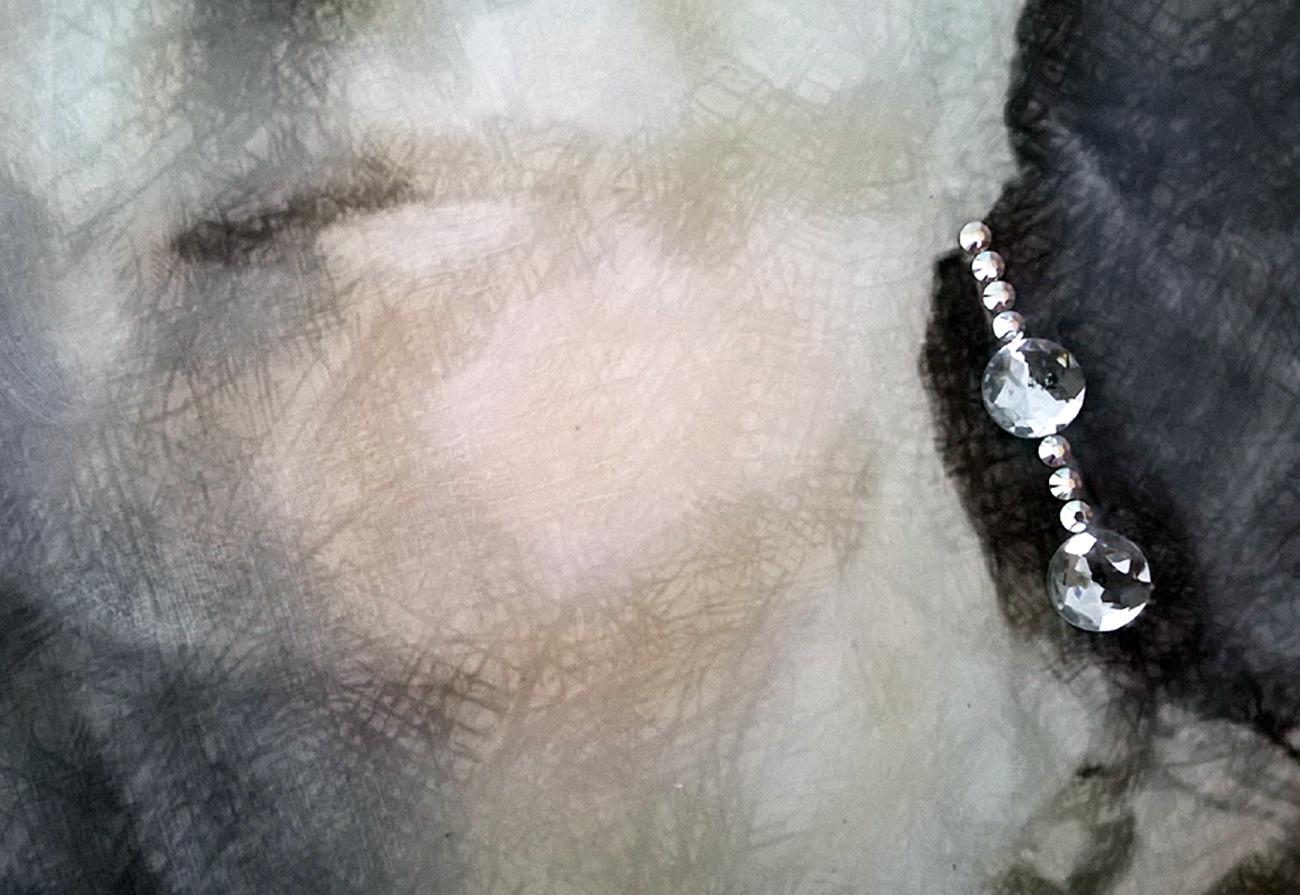 particolare orecchini in pietre Swarovski