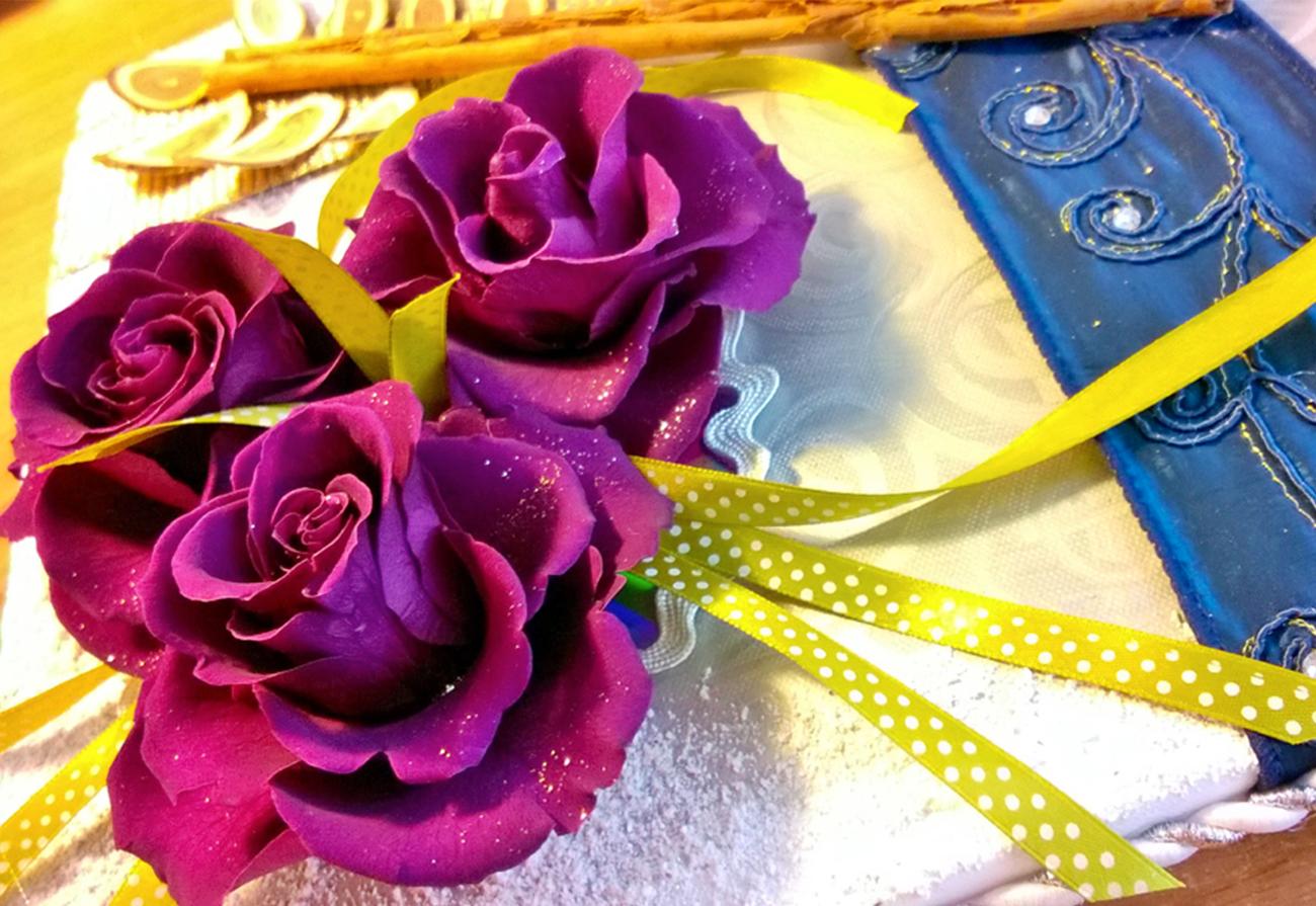 Rose stabilizzate e nastrini di raso