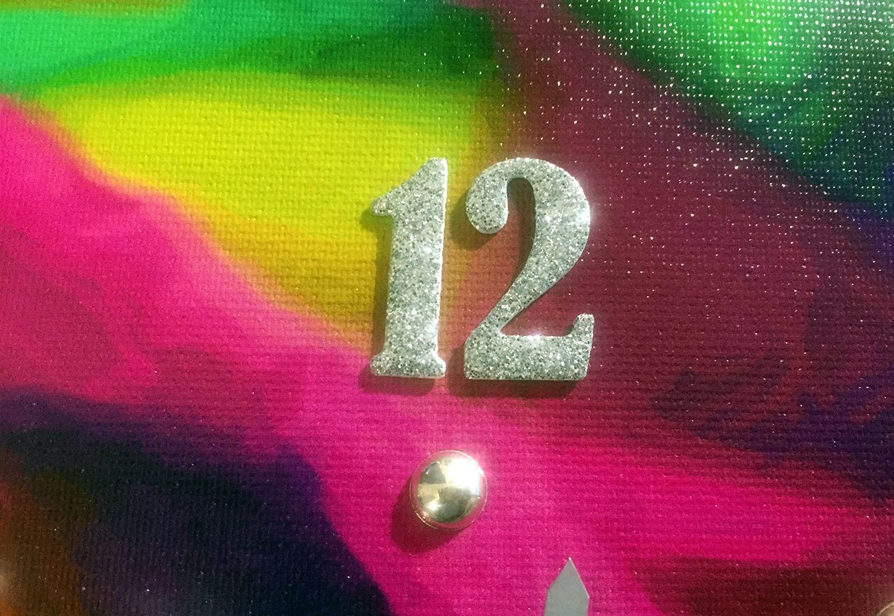 particolare borchie e numeri glitter